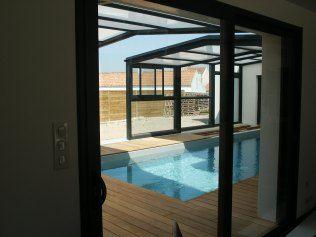 Une piscine couverte par un abri escamotable permettant une utilisation toute l'année est mise en place à l'arrière de l'habitation.