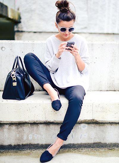 ギンガムチェックシャツ×ブラウンクラッチバッグのコーデ【夏】(レディース)海外スナップ   MILANDA