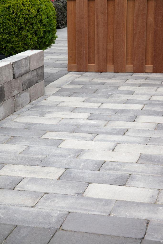Getrommelde sierbestrating #trommelsteen in de maat 20x30 uitermate geschikt voor bestrating van uw oprit in de kleur grijs/zwart