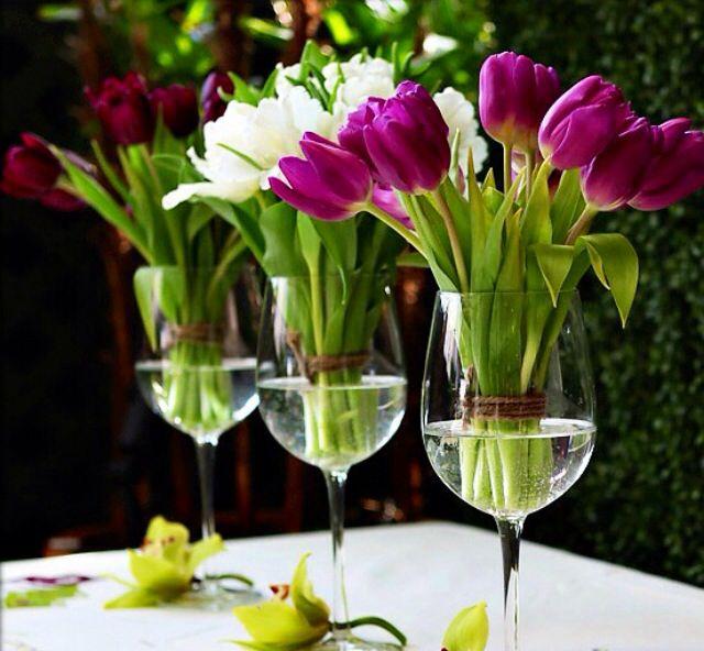 Maak de ontbijttafel extra gezellig door tulpen in wijnglazen neer te zetten. Bron: Jauiece Stahl