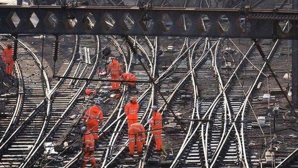 RMT calls 24-hour rail strike on May bank holiday - http://www.newsfrombanks.com/rmt-calls-24-hour-rail-strike-on-may-bank-holiday.html