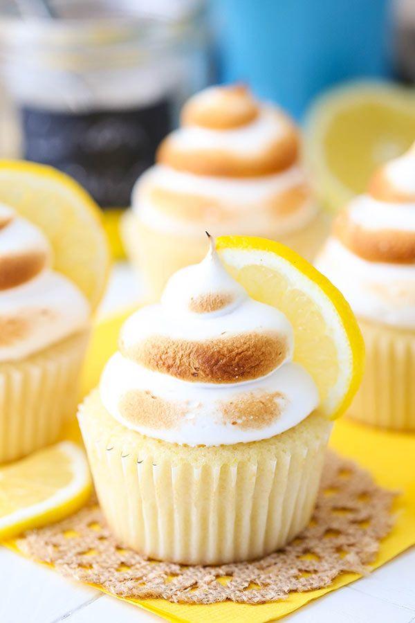 Petits gâteaux au citron meringuée - petit gâteau au citron léger, moelleux et humide avec remplissage de lait caillé de citron et meringue glaçage sur le dessus!