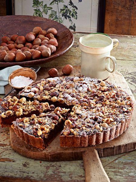 Haselnuss-Tarte - Mürbeteig mit Schokoladen-Creme double-Füllung getoppt mit Haselnüssen - http://www.wunderweib.de/kochen/17-schokoladenkuchen-rezepte-suesse-versuchung-a170146.html