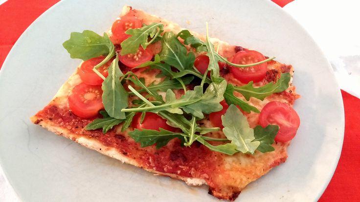 Gluteeniton pizza kirsikkatomaateilla ja rucolalla. Tästä tuli ehkä paras home-made pizza tähän mennessä! Päihitti jopa perus vehnäjauhopizzan.