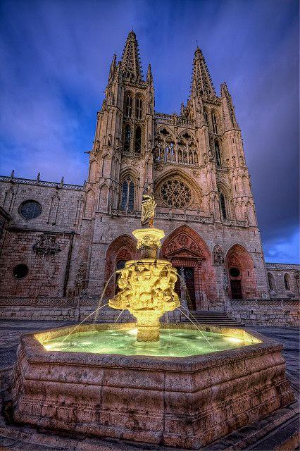 Burgos - España Catedral de Burgos. Su nombre es Santa Iglesia Catedral Basílica Metropolitana de Santa María de Burgos. Su construcción comenzó en 1221, con patrones góticos franceses. Tuvo importantes modificaciones en el s. XV y XVI: las agujas de la fachada principal, la Capilla del Condestable y el cimborrio del crucero, elementos del gótico avanzado. Las últimas obras de importancia (la Sacristía o la Capilla de Santa Tecla) pertenece al siglo XVIII. El estilo de la catedral es el…