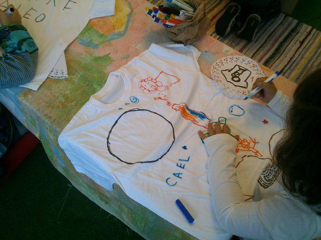 """Talleres creativos para niños. Un maridaje entre 2 cuentos estampado en una camiseta. Increíble el resultado. Hemos contado """"Donde viven los monstruos"""" y """"A que sabe la Luna"""". Todos habían estado ya en La Luna y la habían probado y sus habitaciones también a veces se transforman en selvas. Así que ha sido fácil la tarea.  ¡¡La inmaginacion al poder!! Taller infantil ¿Me visto un cuento¿ ¿Me como un libro¿ (12)   Flickr: Intercambio de fotos"""
