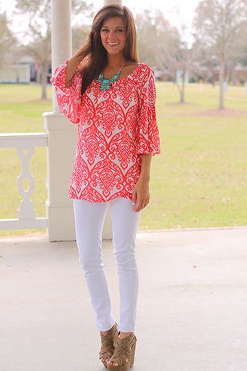 Coral patterned top w/ white skinnies & aqua bubble necklace.