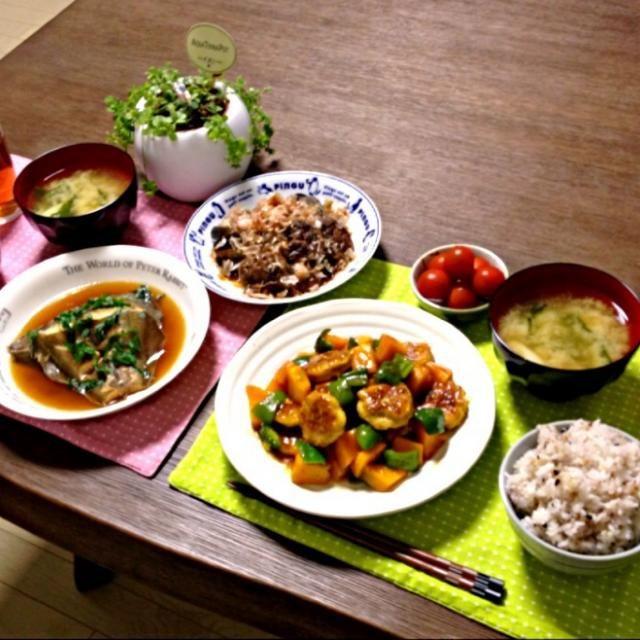 肉団子とかぼちゃの甘辛あんは、レシピでは揚げると書いてあったのを焼いたりレンジで蒸したりしたよ。これで、かなりのオイルカットでヘルシーになったはず! (^-^) - 20件のもぐもぐ - 肉団子とかぼちゃの甘辛あん、鰈の煮付け、茄子と椎茸のおかか和え、ミニトマト、長ねぎのお味噌汁、雑穀ご飯 by pentarou