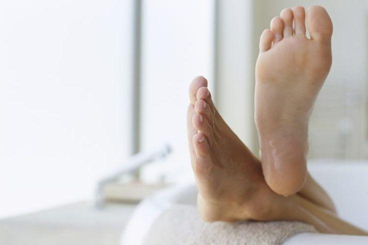 Ejercicios para los flexores dorsales. Los flexores dorsales son músculos que flexionan el pie que se encuentran en la parte frontal de la espinilla y, cuando se usan en exceso, son a menudo responsables de enfermedades como calambres en las piernas. Los músculos flexores dorsales débiles también ...
