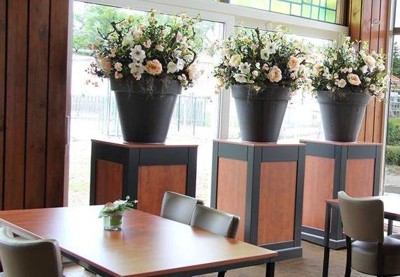 Decoratie met zijde bloemen www.decoratiestyling.nl