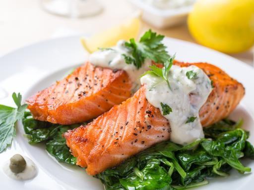 Saumon aux épinards et crème fraîche : Recette de Saumon aux épinards et crème fraîche - Marmiton