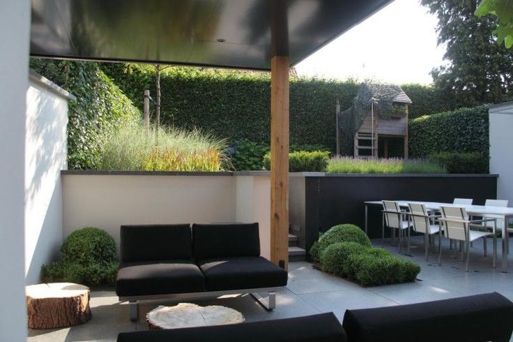 De gezinstuin met lounge hoek en gezellige grote moderne eettafel met bijzondere speeltoestellen - Moderne hoek lounge ...