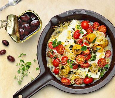 Recept: Ugnsbakad fetaost med oregano, citron och tomat