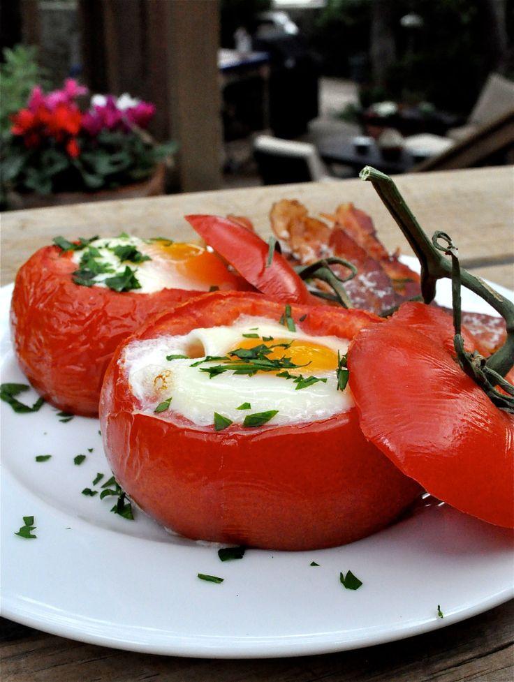 Huevos al horno dentro de Tomates