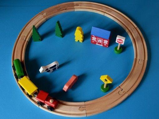 Jocurile cu trenuri oferă ore de bucurie pentru copiii de toate vârstele. Trenulețul de lemn este cea mai bună alegere în special pentru copiii mici. Trenulețul fiind fabricat din lemn, fără piese electronice reduce riscul rănirilor. Aceste jucării o să aibă o durată lungă de viață, deoarece au piese puține în mișcare care se pot deteriora. Cei mici au tendința să se lase cu toată greutatea pe jucării când se joacă pe jos, jucăriile de lemn fiind robuste fac…