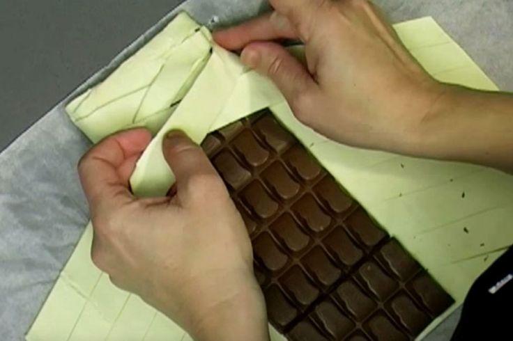 Il enroule du chocolat dans de la pâte feuilletée, en voyant le résultat, vous voudrez l'essayer!