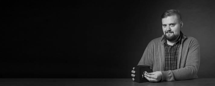 """""""Ronald Eikenberg interessiert sich für die Sicherheit und Unsicherheit der vernetzten Welt. Er ist mit Commodore, Amiga und Nintendo aufgewachsen, bastelt gerne mit Technik und schreibt seit Kindertagen auch darüber. Seit 2008 Einwohner von Nerdistan.""""    Ronald Eikenberg"""
