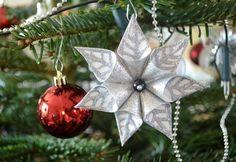 ¿Cómo hacer flores de Navidad de papel? - https://navidad.es/como-hacer-flores-de-navidad-de-papel/