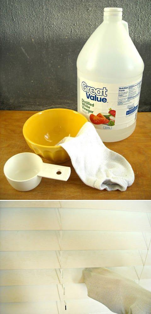 Mezcla partes iguales de vinagre y de agua en un tazón. Moja un calcetín con la mezcla. Pon tu mano dentro del calcetín y limpia las persianas. Para obtener las instrucciones completas, haz click aquí.