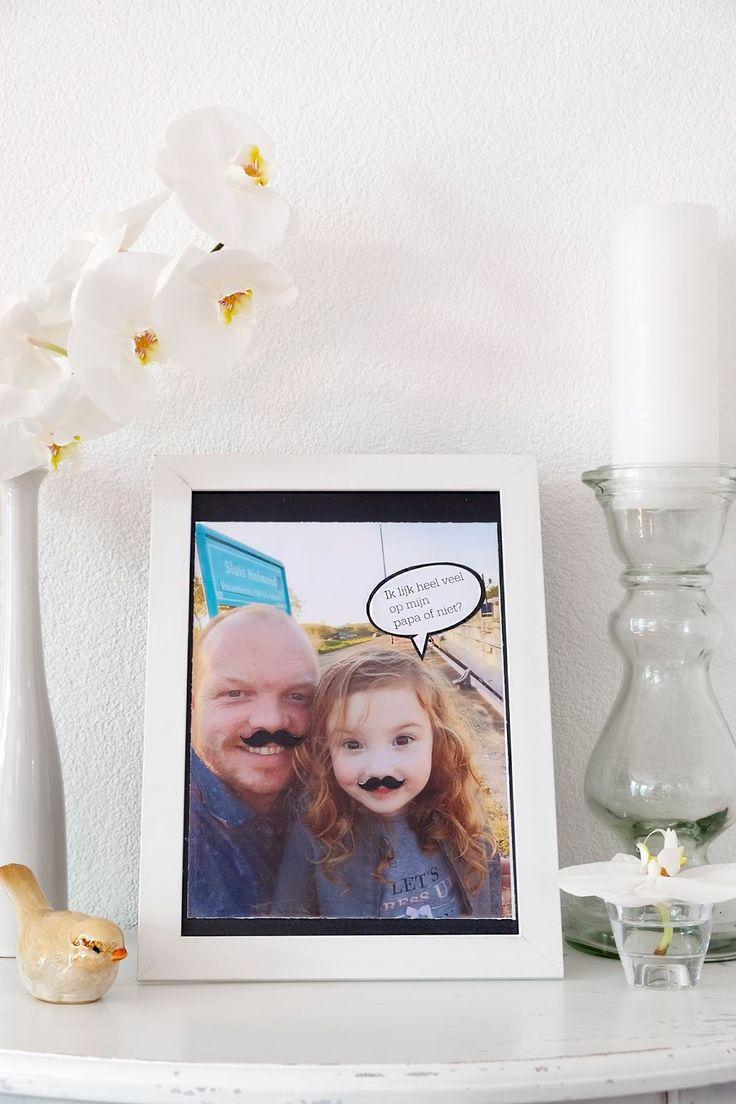 Diy, ik lijk heel veel op mijn papa of niet? - Vaderdag -Bij Vaderdag hoort een leuk cadeau voor de leukste papa's. Dit zelfgemaakt cadeau is super makkelijk om te doen. Is een selfie met jouw papa met geplakte snorren, zo laat je zien dat jij op jouw vader wil lijken.