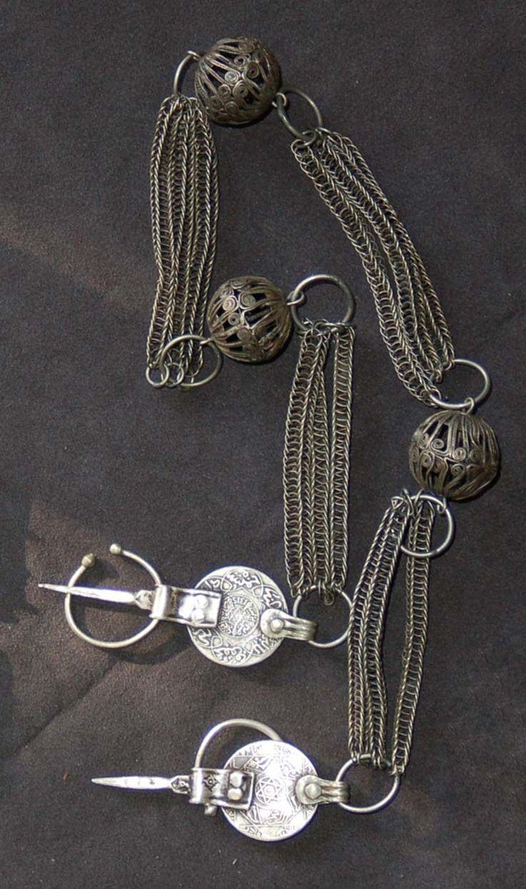 Joias Étnicas... Par de fíbulas com corrente;Século 19;Prata, metal, e moedas;  Marrocos; Cultura Islâmica
