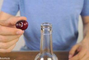 Chytrý trik jak rychle a snadno vypeckovat třešně bez nepořádku