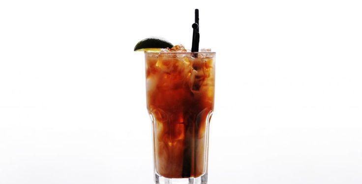 Long Island Iced Tea; 1cl Vodka, 1cl Hvit rom,1cl Tequila,1cl Cointreau,1cl Gin,2cl Sitronsaft,presset, 2.5cl Sukkerlake, Cola. Fyll et highballglass med isbiter.   Hell først brennevin over, så sitronsaft og sukkerlake. Rør forsiktig.   Fyll opp med cola. Pynt med en spiral av sitronskall, eller en limebåt.