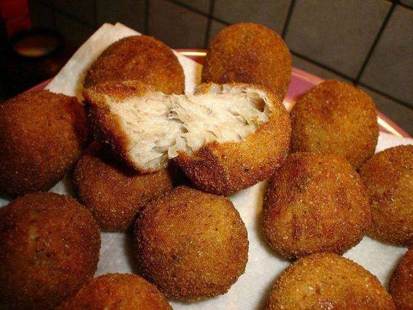 A Bolinhas de Atum é fácil de fazer, deliciosa e perfeita como petisco. Experimente! Veja Também:Bolinha de Mandioquinha com Queijo Veja Também:Bolinha d