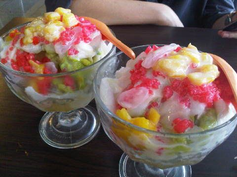 Es Oyen. Es Oyen ini hampir mirip es buah tapi biasanya terdiri dari alpukat, nangka dan kelapa muda. Kemudian di campur dengan air santan dan susu kental manis.