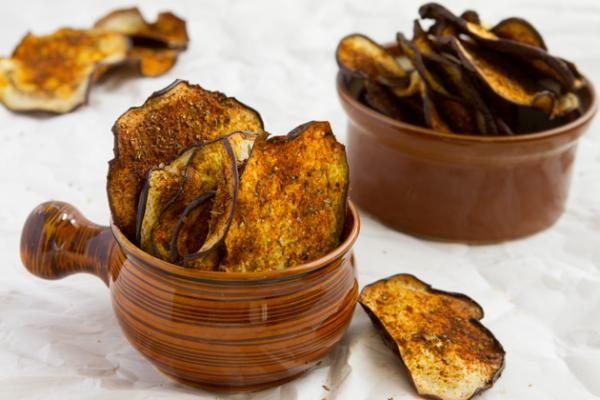 Cómo hacer chips de berenjena al horno. Si estás a dieta o te preocupan las calorías que ingieres, seguramente una de las cosas que más te cuesta dejar de lado son los aperitivos. Las patatas chips son una fuente de grasas que no nos va nad...