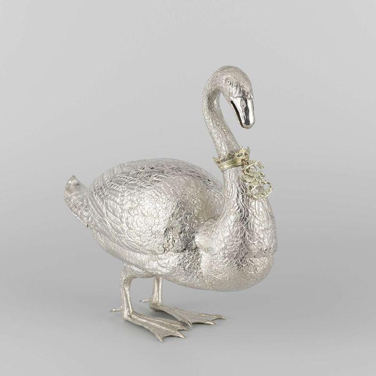 Doos in de vorm van een zwaan, bestaande uit twee delen. Aan de hals van de zwaan een verguld zilveren kroontje waaraan een insigne met Sint Maarten., Huybert van de Berch, 1639
