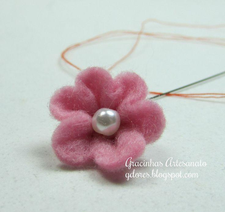 Another simple, yet lovely flower tutorial via: Gracinhas Artesanato: Tutorial de flores em feltro