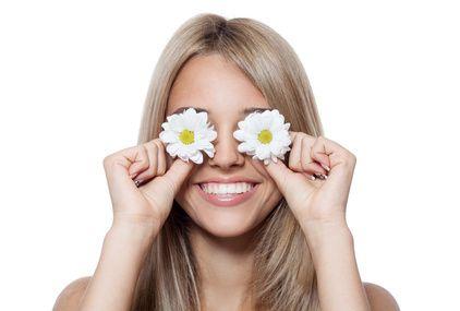 Découvrez ce remède de grand-mère pour les yeux fatigués, cernés ou avec des poches. Avec cette astuce, vos paupières et vos yeux seront enfin apaisés.