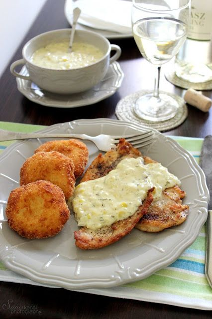 Roston sült csirkemell póréhagyma mártással, sajtos burgonyapogácsával