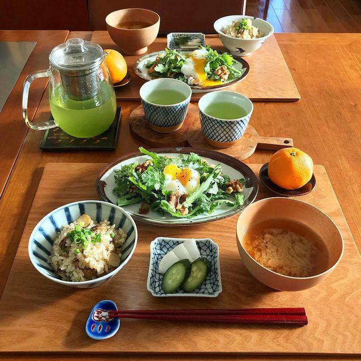 2017/12/17 日曜日の朝ごはん。 鶏挽肉とごぼうの#炊き込みご飯 、 きゅうりと大根の糠漬け、 春菊の#温玉サラダ 、 #舞茸のお味噌汁 、 おみかんに緑茶。 ✳︎ ✳︎ ✳︎ #春菊サラダ は、クリームチーズに#柚子胡椒 、オリーブオイルでドレッシングをつくり、くるみとカリカリベーコンを散らして、最後に#温泉卵 を。 息子(の分は写っていませんが、春菊の代わりにブロッコリー)は、温泉卵を食べたのが初めてで、 「なにこれ最高!温泉卵最高!」 と盛り上がっていました 笑 ✳︎ ✳︎ ✳︎ ごはんの#お茶碗 は#宮岡麻衣子 糠漬けの#小皿 は#須谷窯 春菊サラダのお皿は#ほたる窯 #お椀 は#じぱんぐ工房 おみかんの#豆皿 は#林健二 お箸置きは#赤地径 ※作家さん敬称略で失礼します