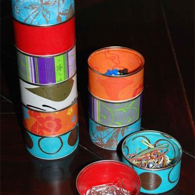 Un jour on comprend la nécessité des rangements. Fabriquons des petites boîtes en papiers colorés qui s'emboîtent. Génial.