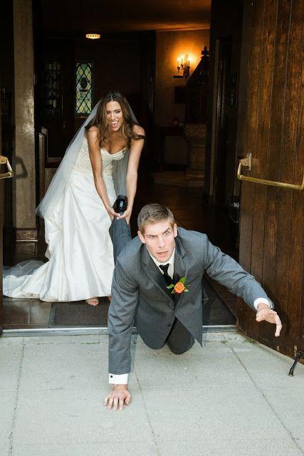Instantánea del novio que pretendía escaparse pero la novia lo evita a toda costa