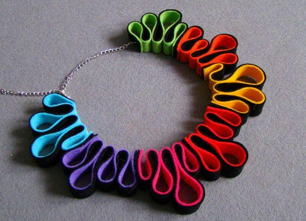 Un collar muy original, hecha a mano sintió la espiral, suspendida de una cuerda decorado con joyas y elementos chapados en plata, la longitud del collar es de unos 70 cm, con correa ajustable....