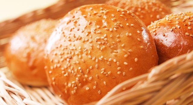 バンズとは、ハンバーガーやサンドイッチに使われるパンのことで、小さめの丸い形をしています。上下に切り分けたり、切り目を入れてハンバーグや野菜などをはさんだ栄養たっぷりのメニューになります。
