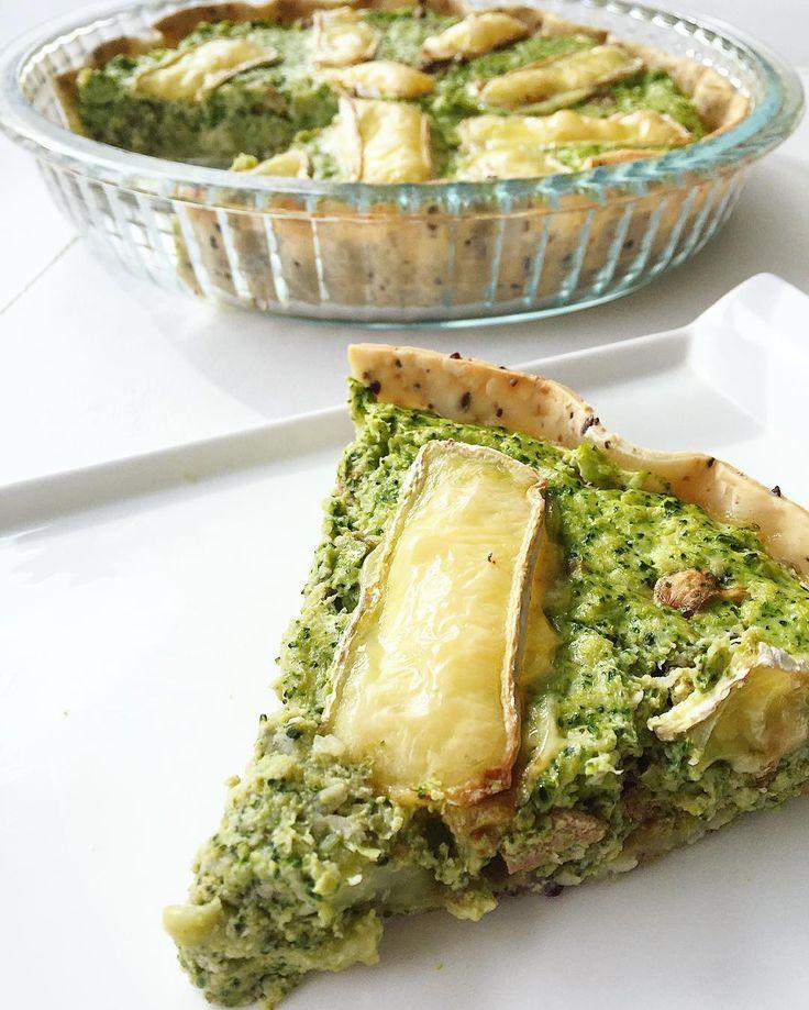 Miren que preparé hoy para el almuerzooo 😱😱😱 🌟🌟TARTA DE BROCOLI, QUESO BRIE Y FRUTOS SECOS🌟🌟 ✔️Necesitás: 🔸1 tapa para tartas 🔸800 gr-1 kg de brocoli hervido (aprox 2 paquetes de brocoli congelado) 🔸1/2 pote de casancrem light (200 gr) 🔸2 huevos 🔸Nueces, almendras y castañas de cajú a gusto 🔸Queso brie a gusto 🔸Sal marina, pimienta, orégano y comino a gusto ➡️Precalentar horno a 180 grados ➡️Hervir el brocoli y hacerlo puré (no es necesario que quede completamente aplastado…