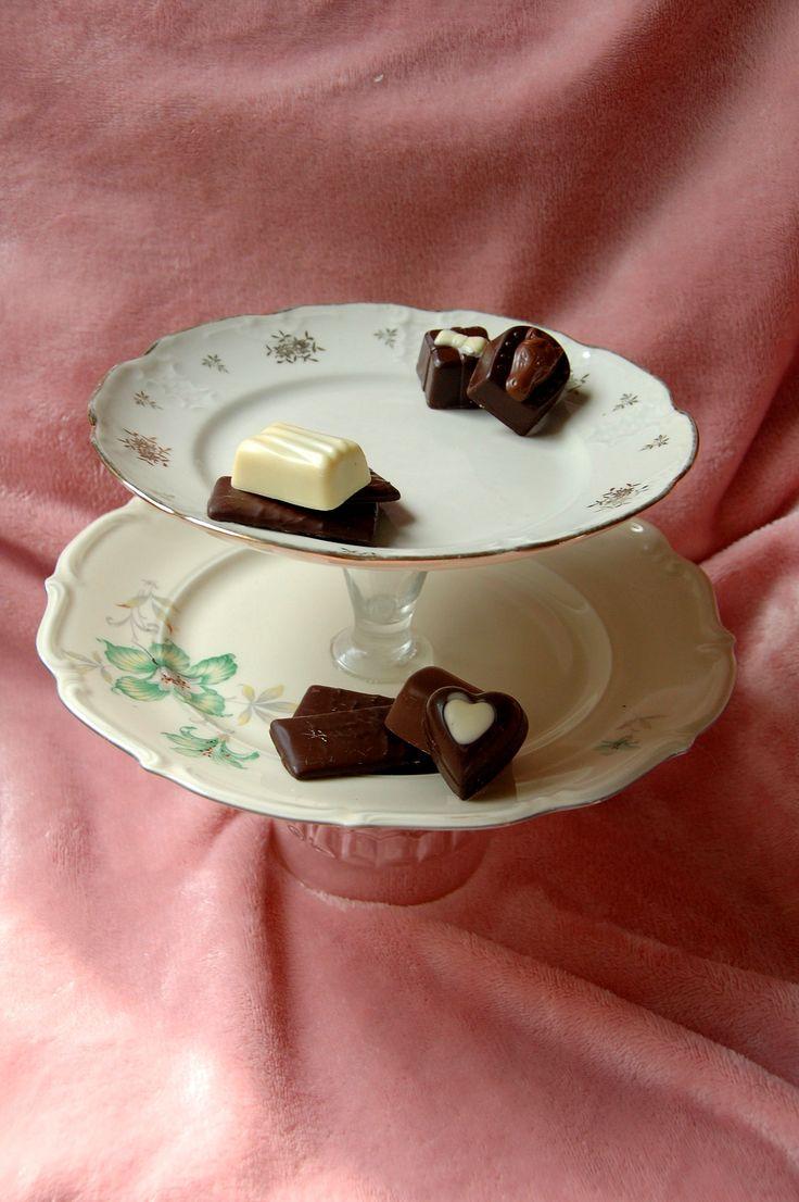 Etagère van  2 borden en glazen staanders, voor het serveren van een lekker eigen gebakken taartje of heerlijke bonbons tijdens een High Tea € 5,50 Check onze webwinkel of het product nog verkrijgbaar is