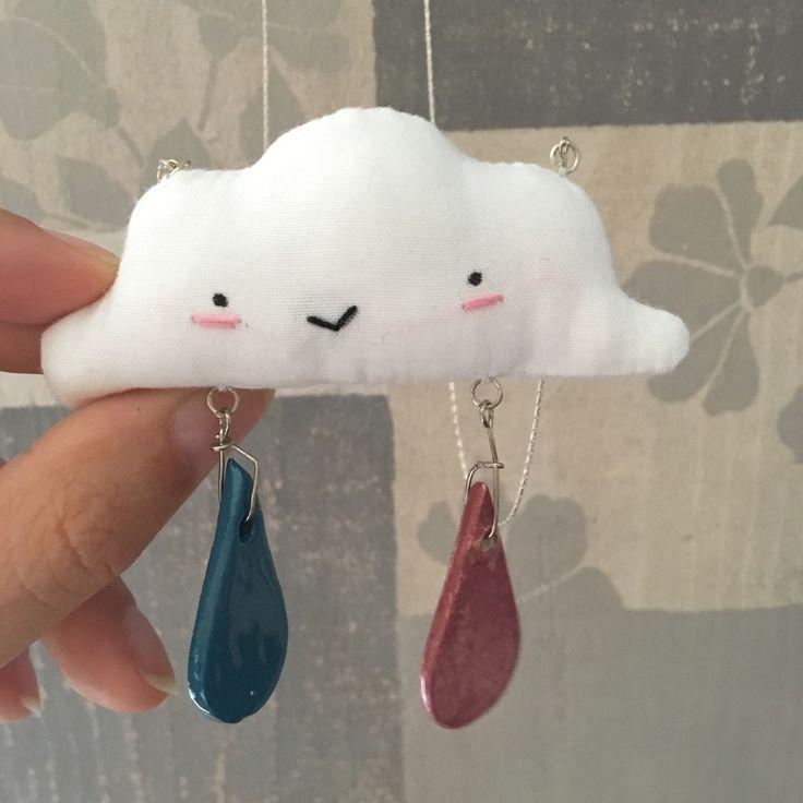 Collana con pendaglio a forma di nuvoletta in tessuto bianco con faccina ricamata simpatica e con goccioline