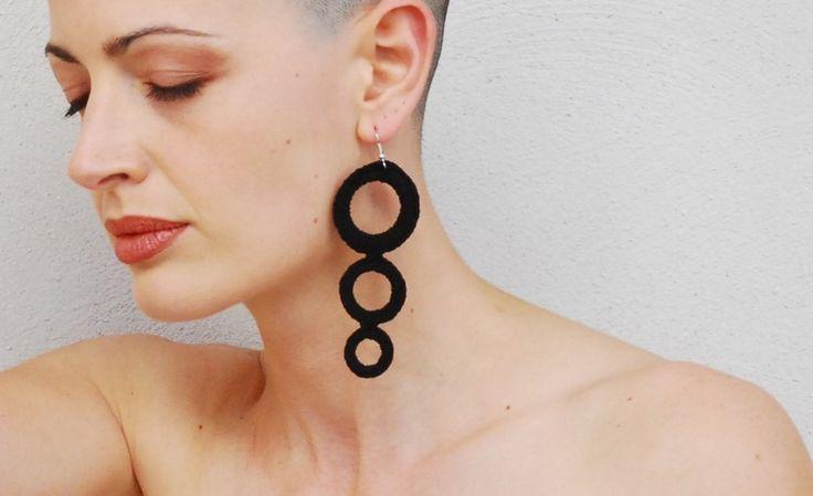 Orecchini a cerchi cotone nero all'uncinetto di Aliquid gioielli tessili esclusivi fatti a mano in Italia su DaWanda.com