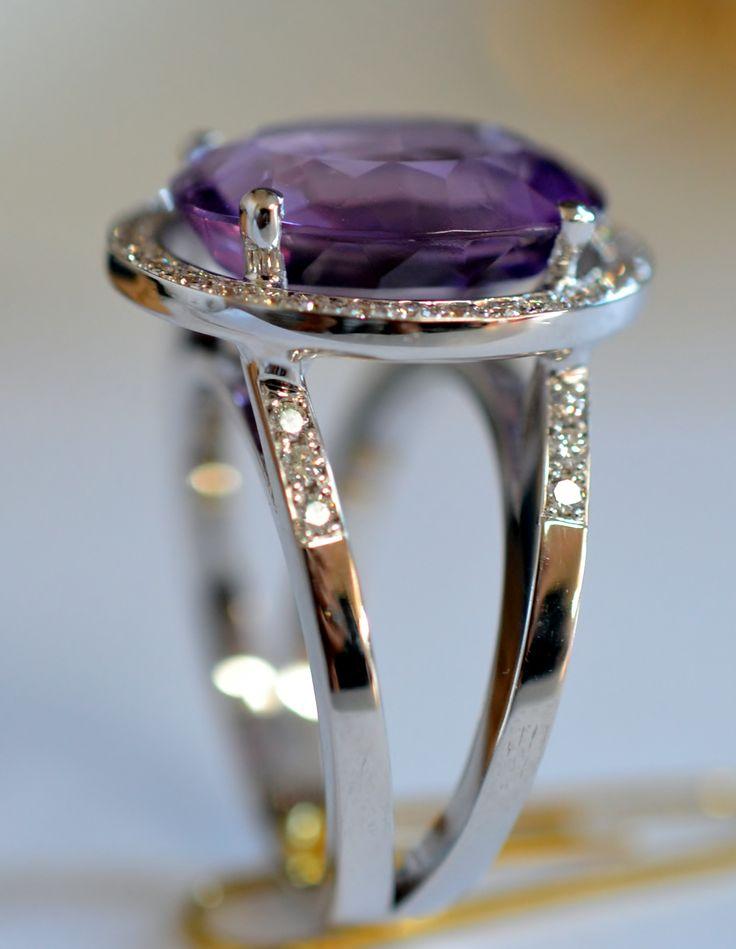 Wit gouden ring, eigen creatie.  Met amethist en briljant.
