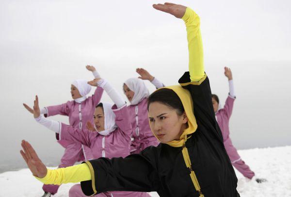 Un grupo de mujeres afganas desafían a su sociedad practicando artes marciales - Yahoo Deportes