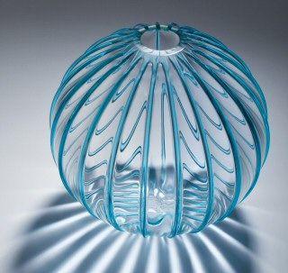 Glaswerk van glaskunstenaar en vormgever Andries Copier. (wassenaar 1901-1991).Hij was van 1914 tot 1971 verbonden aan de Glasfabriek Leerdam. Hiermee was hij tientallen jaren lang de enige ontwerper in vaste dienst bij de fabriek. In de periode van 1920 tot 1925 studeerde hij (na werktijd) aan de Academie van Beeldende Kunsten en Technische Wetenschappen in Rotterdam.