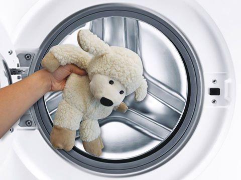 Come lavare un Warmies estraibile:  1) Aprire il velcro presente sulla schiena del peluche.  2) Estrarre l'imbottitura.  3) Tenere l'imbottitura in un luogo fresco e asciutto.  4) Inserire il peluche vuoto nella lavatrice, impostando il lavaggio con il programma per delicati  5)Estrarre il peluche dalla lavatrice e farlo asciugare bene prima di reinserire l'imbottitura. 6) Inserire l'imbottitura all'interno del peluche ...Ora il tuo Warmies è pronto per essere scaldato!