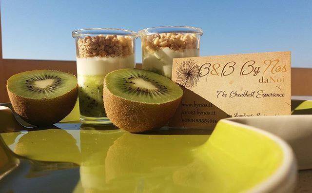 yogurt greco...kiwi e riso soffiato bio..a.colazione ByNos..😊...e soprattutto...vi abbiamo.ordinato il cielo azzurro e limpido per stamattina..😊