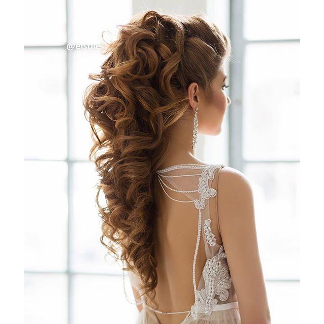 este peinado es muy lindo como para matrimonios cumpleaños de 15 etc tiene en forma de una cola y con crespitos