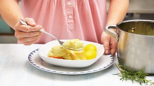 Oppskrift på Hjemmelagde fiskeboller i karrisaus